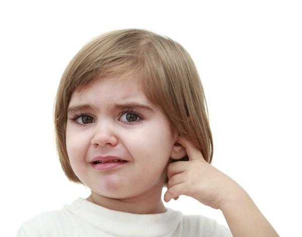 Mẹ làm gì khi trẻ bị viêm tai ngoài?